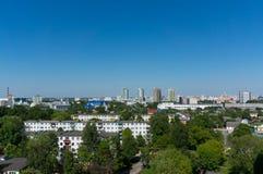 Arquitetura da cidade de Minsk do verão sob o céu azul Imagens de Stock Royalty Free