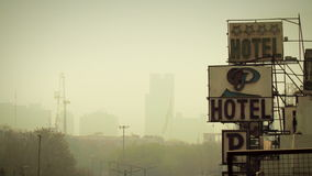 Arquitetura da cidade de Nova Deli do centro com a bandeira indiana no horizonte video estoque