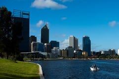 Arquitetura da cidade de Perth & rio da cisne Foto de Stock
