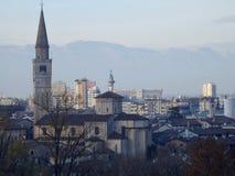 Arquitetura da cidade de Pordenone, cidade italiana sob os cumes em uma manhã do inverno com embaçamento claro Fotografia de Stock Royalty Free