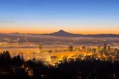 Arquitetura da cidade de Portland coberta na névoa durante o nascer do sol Fotografia de Stock Royalty Free