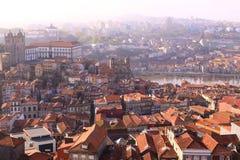 Arquitetura da cidade de Porto em feixes da manhã do sol Foto de Stock