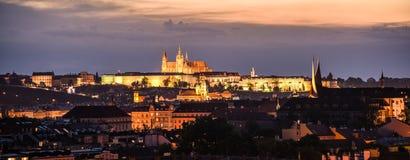 Arquitetura da cidade de Praga na noite com o castelo de Praga iluminado fotos de stock royalty free