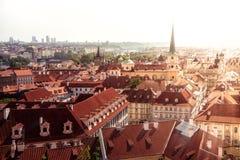 Arquitetura da cidade de Praga Vista da cidade e de St velhos Thomas Church czech Fotografia de Stock