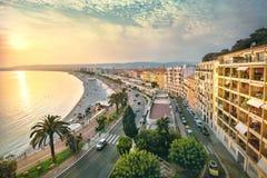 Arquitetura da cidade de Promenade des Anglais em agradável na noite no por do sol Fotografia de Stock Royalty Free