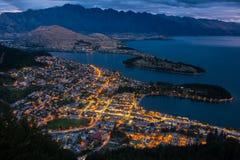 Arquitetura da cidade de Queenstown e de lago Wakaitipu com o Remarkables no fundo, Zealan novo Fotos de Stock