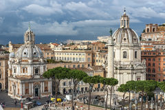 Arquitetura da cidade de Roma com igrejas e as nuvens tormentosos imagem de stock