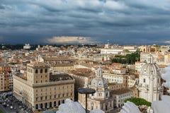 Arquitetura da cidade de Roma com nuvens tormentosos Foto de Stock
