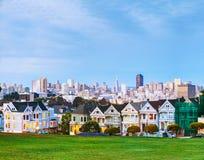 Arquitetura da cidade de San Francisco como visto do parque do quadrado de Alamo Fotos de Stock Royalty Free
