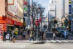 Arquitetura da cidade de Sapporo com construções, estrada, carros e os povos de passeio no Hokkaido, Japão Foto de Stock Royalty Free
