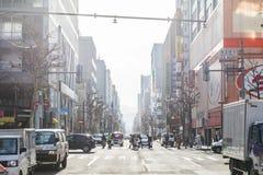 Arquitetura da cidade de Sapporo com construções, estrada, carros e os povos de passeio no Hokkaido, Japão Imagem de Stock Royalty Free