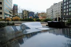 Arquitetura da cidade de Seattle: Reflexão distorcida em uma superfície preta foto de stock