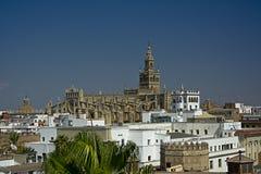 Arquitetura da cidade de Sevilha com catedral Fotos de Stock Royalty Free