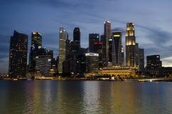 Arquitetura da cidade de Singapura no crepúsculo Foto de Stock Royalty Free
