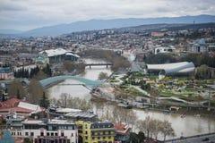 Arquitetura da cidade de Tbilisi, da cidade capitala e a maior de Geórgia, encontrando-se nos bancos do Rio Kura Fotos de Stock Royalty Free