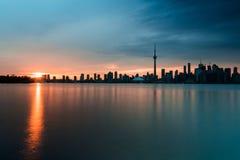 Arquitetura da cidade de Toronto vista da ilha Center no por do sol fotos de stock