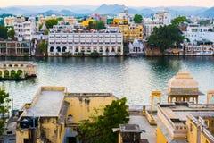 Arquitetura da cidade de Udaipur, construções históricas e águas do lago Pichola Foto de Stock Royalty Free