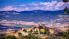 Arquitetura da cidade de uma cidade velha na região de Maremma em Toscânia vista do monte, Maremma Itália imagens de stock