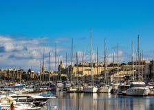Arquitetura da cidade de Valletta, capital de Malta, com veleiros e yahts no porto no dia ensolarado com o céu azul no dia ensola fotografia de stock royalty free