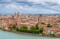 Arquitetura da cidade de Verona e rio de Adige Foto de Stock Royalty Free
