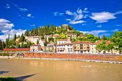 Arquitetura da cidade de Verona da opinião da ponte do rio de Adige Imagem de Stock Royalty Free