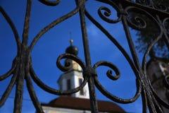 Arquitetura da cidade de Vladimir, Rússia Igreja velha portas metálicas completamente vistas imagens de stock