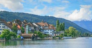 Arquitetura da cidade de Zug em um dia nebuloso Fotografia de Stock