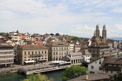 Arquitetura da cidade de Zurique e de rio Limmat, Suíça Imagens de Stock