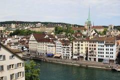 Arquitetura da cidade de Zurique e de rio Limmat, Suíça Fotografia de Stock