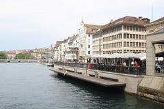 Arquitetura da cidade de Zurique e de rio Limmat, Suíça Foto de Stock
