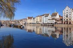 Arquitetura da cidade de Zurique - vista ao longo do rio de Limmat Fotos de Stock Royalty Free