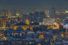 Arquitetura da cidade do anoitecer do inverno foto de stock