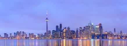 Arquitetura da cidade do centro de Toronto no crepúsculo Imagem de Stock