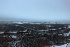 Arquitetura da cidade do inverno com uma ponte da estrada sobre o rio Klyazma na cidade de Vladimir Imagem de Stock Royalty Free