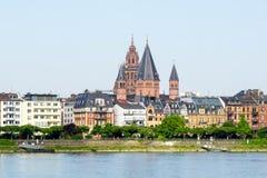 Arquitetura da cidade do panorama de Mainz em Alemanha no céu azul foto de stock