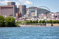 Arquitetura da cidade do porto velho Montreal, da roda de Quebeque, de Canad?, de St Lawrence River e de ferris fotografia de stock royalty free