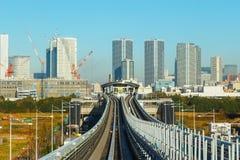 Arquitetura da cidade do trem de céu do monotrilho de Yurikamome em Odaiba, a ilha artificial no Tóquio Imagens de Stock