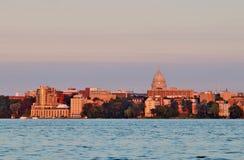 Arquitetura da cidade do verão durante o fundo dourado das horas imagens de stock royalty free