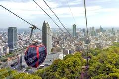 Arquitetura da cidade e arranha-céus de Kobe vistos do ropeway a Nunobiki Herb Garden na montagem Rokko em Kobe, Japão imagem de stock