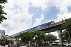 Arquitetura da cidade e BTS ou corredor de Skytrain a parar na estação de trem de Mo Chit Imagens de Stock
