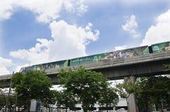 Arquitetura da cidade e BTS ou corredor de Skytrain a parar na estação de trem de Mo Chit Foto de Stock Royalty Free