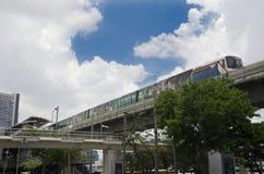 Arquitetura da cidade e BTS ou corredor de Skytrain a parar na estação de trem de Mo Chit Fotos de Stock