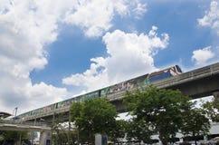 Arquitetura da cidade e BTS ou corredor de Skytrain a parar na estrada de ferro de Mo Chit Foto de Stock Royalty Free