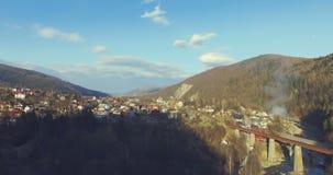 Arquitetura da cidade e rio Carpathian da montanha 4k, 25fps vídeos de arquivo