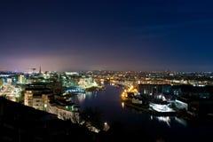 Arquitetura da cidade e rio da noite Foto de Stock Royalty Free