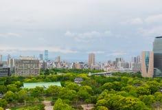 Arquitetura da cidade e skyline da cidade de Osaka em Japão fotografia de stock