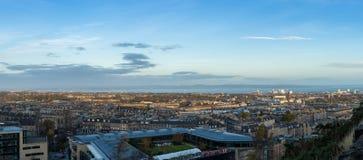 Arquitetura da cidade e skyline de Edimburgo como visto do monte de Calton Panora Foto de Stock Royalty Free