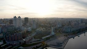 Arquitetura da cidade e skyline sobre a área central da cidade de Dnipro vídeos de arquivo