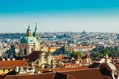 Arquitetura da cidade e St Nicholas Church In Prague, República Checa Foto de Stock Royalty Free