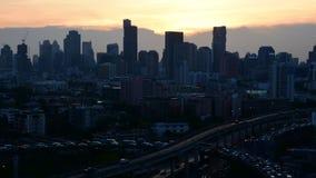 Arquitetura da cidade e transporte no dia à noite, Timelapse video estoque